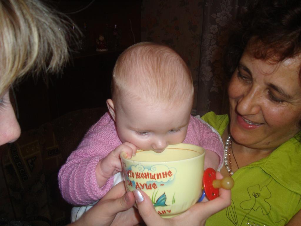 с мамыной кружки пить пикольно.... Дети за едой