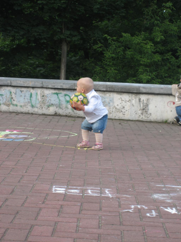 мой мяч. Дети на прогулке