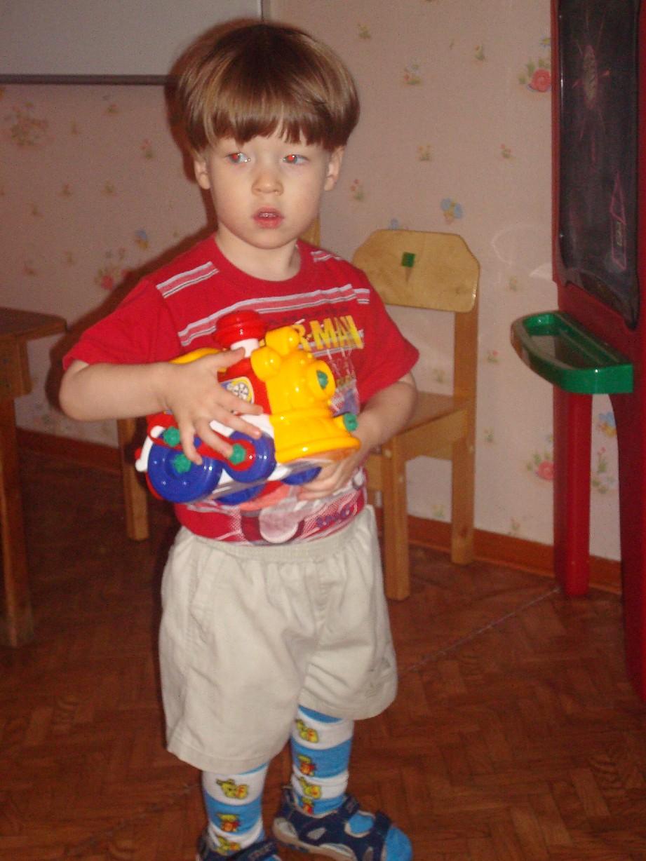 Владик с игрушкой.