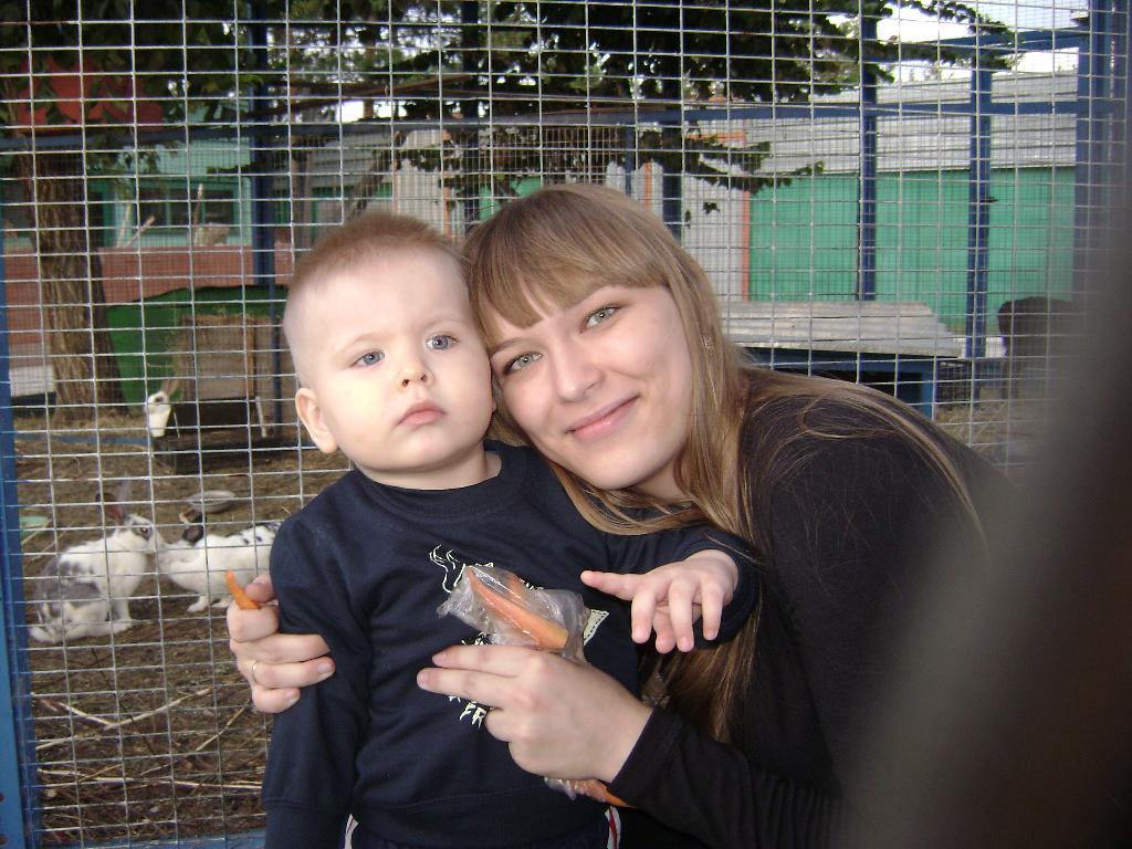 Мы с Вовкой кормим зайчиков морковкой!. В зоопарке