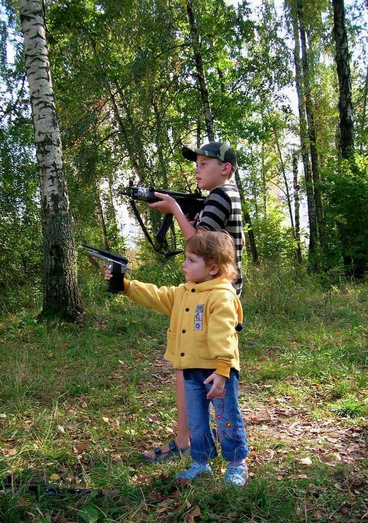 Учись стрелять, сестрёнка! В жизни всё пригодится!. Закрытое голосование фотоконкурса 'Выходные на природе'