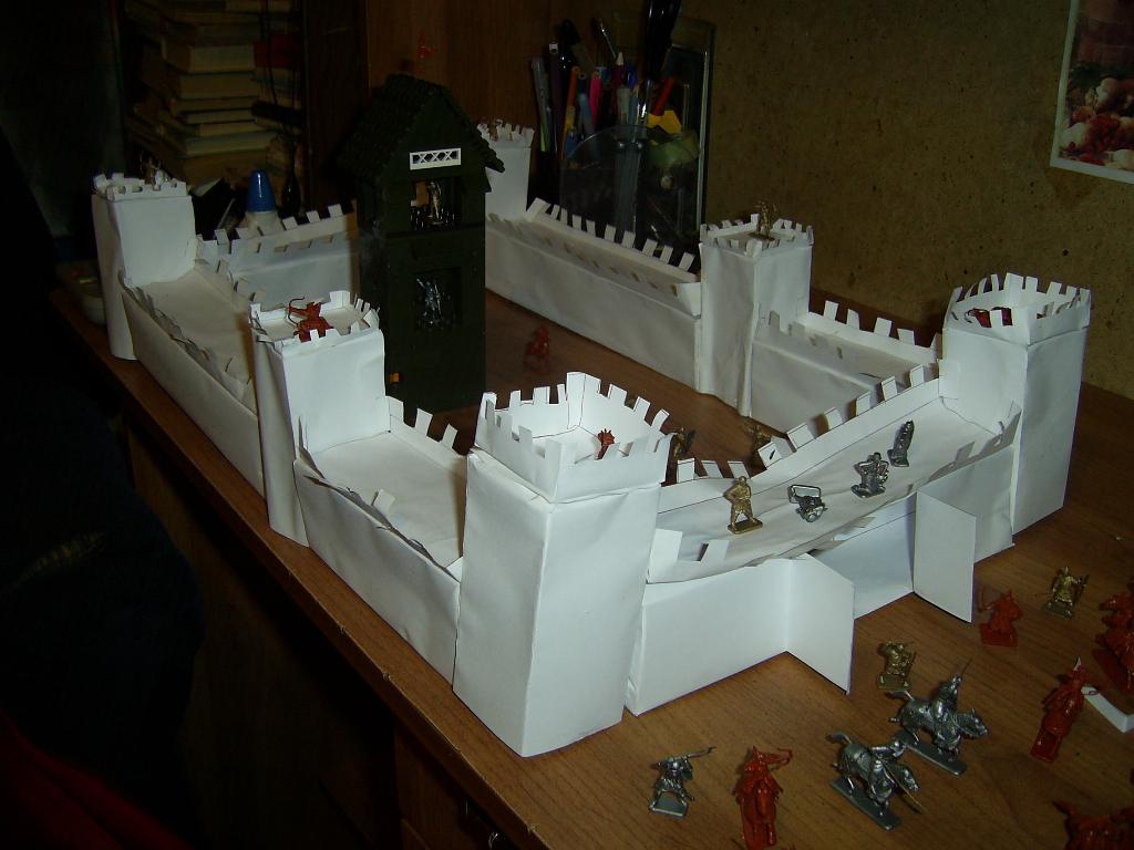 замок, построенный сыном. Самодельные игрушки