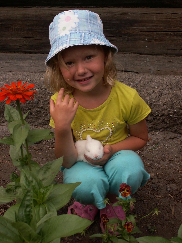 Маленькая хозяюшка с крольчонком.. Наши меньшие друзья