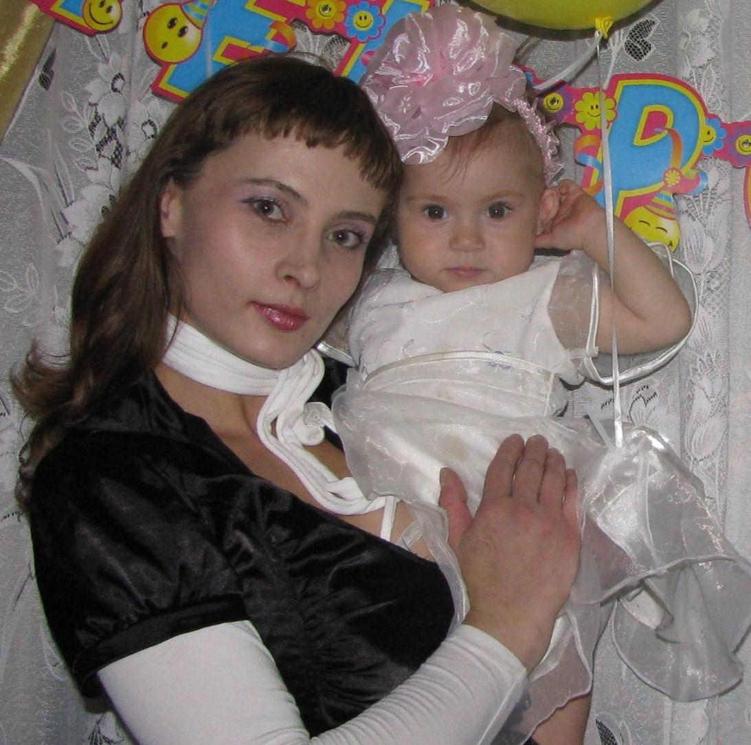 Две девицы. Мадонна с младенцем