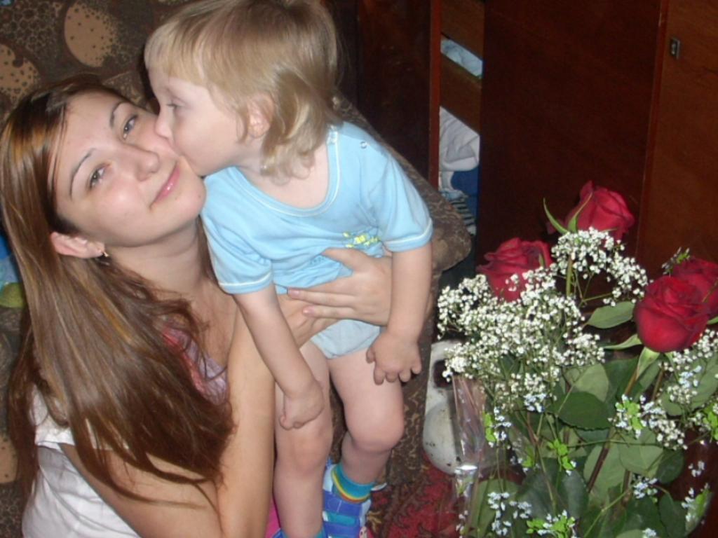Сыночек целует маму в день рождения! . Мадонна с младенцем