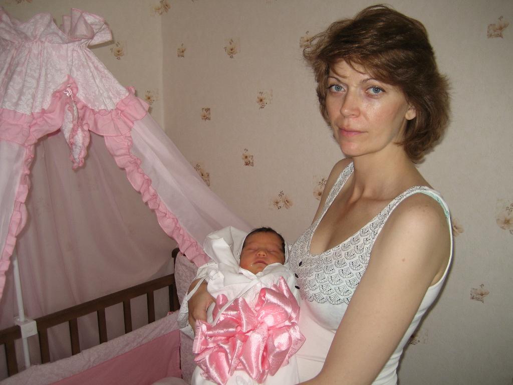 В розовом банте обнаружен ребёнок!. Мадонна с младенцем