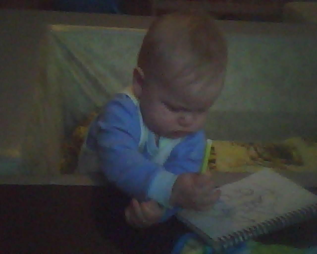 Егорка 8 месяцев. Я рисую