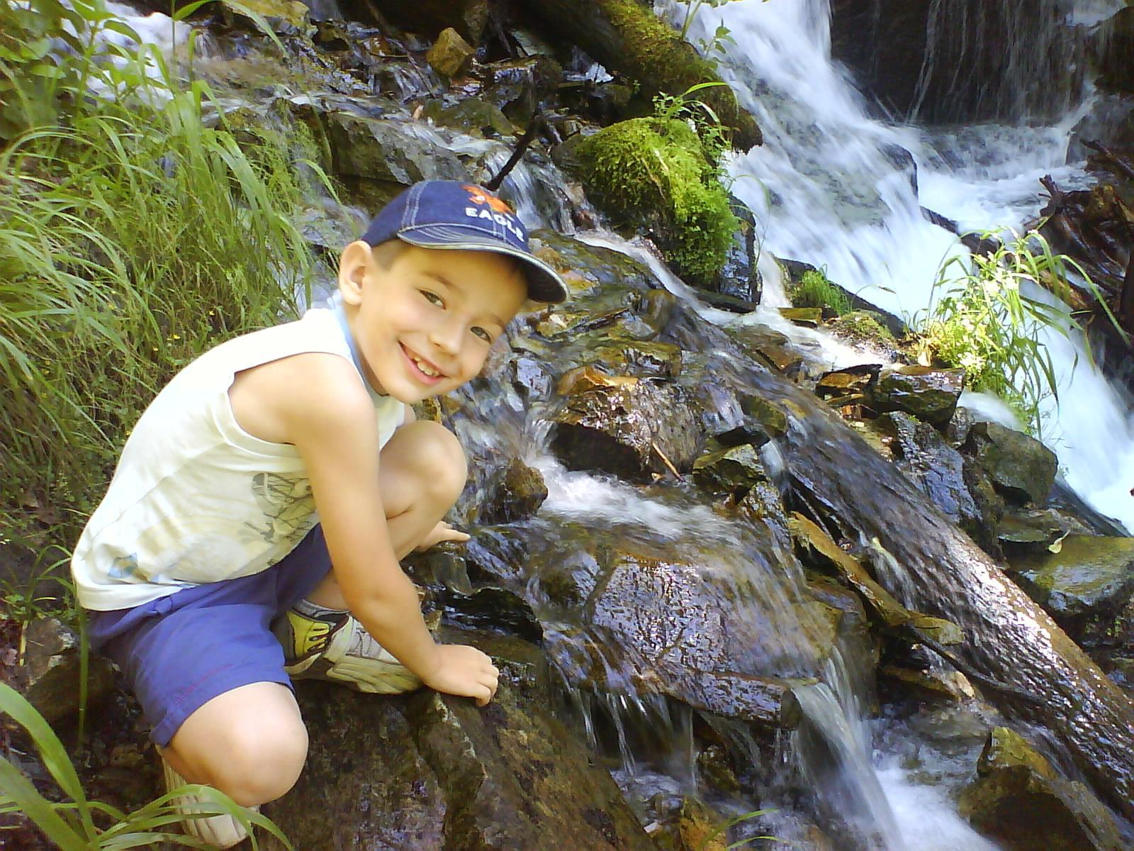 Кирилл у горного ручья . Закрытое голосование фотоконкурса 'Выходные на природе'