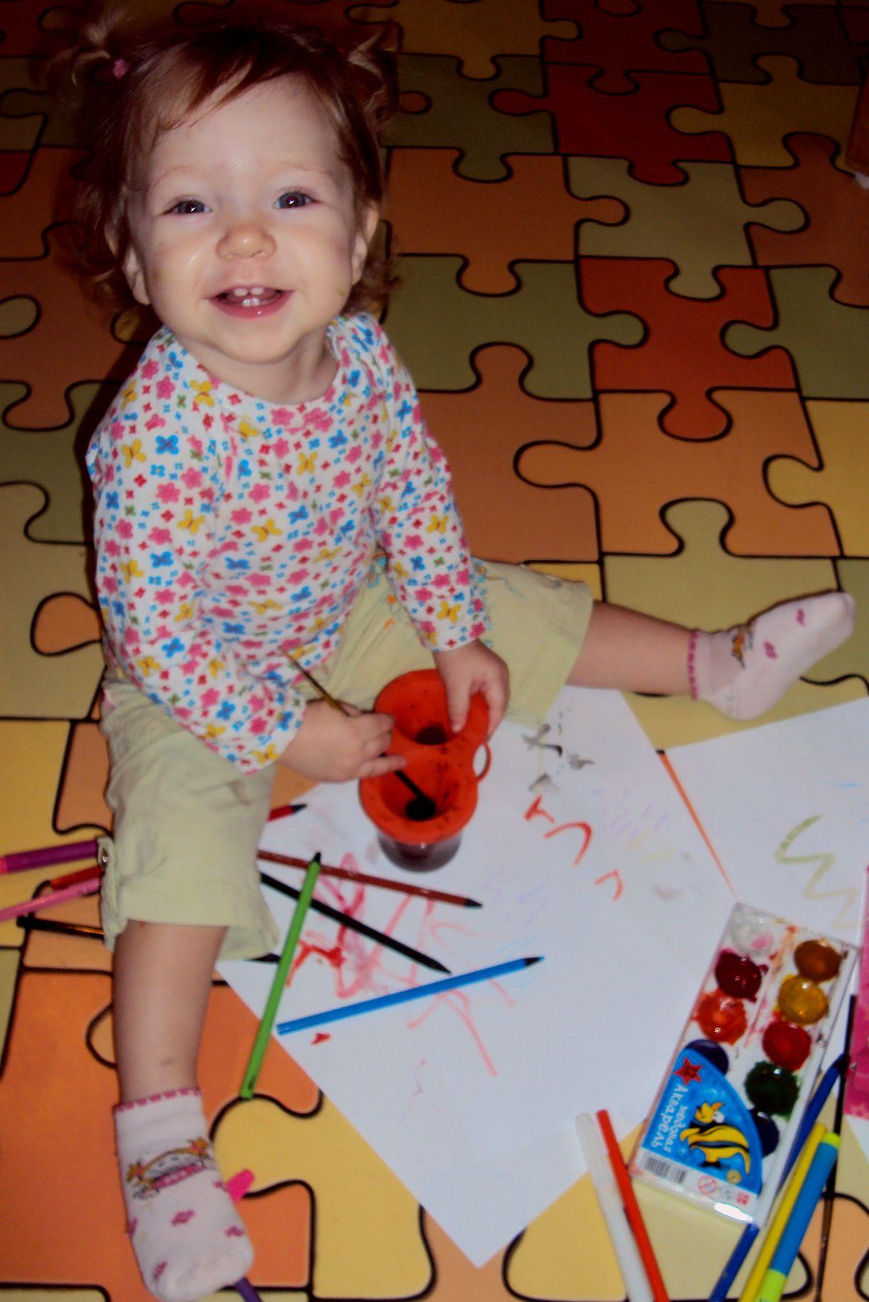 Юная художница!. Я рисую