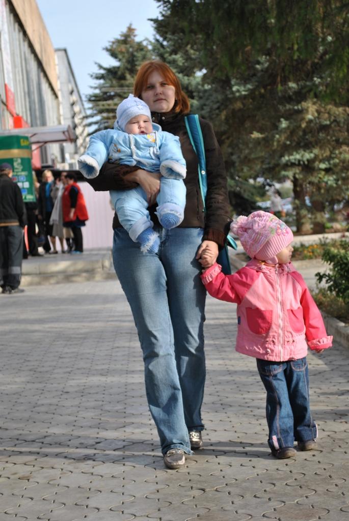 я с малышами. С мамой на прогулке