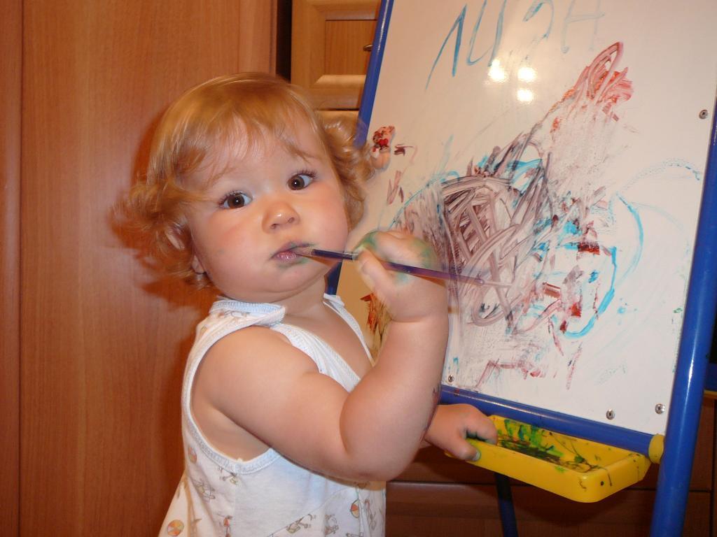 Лиза в творческом процессе.... Я рисую