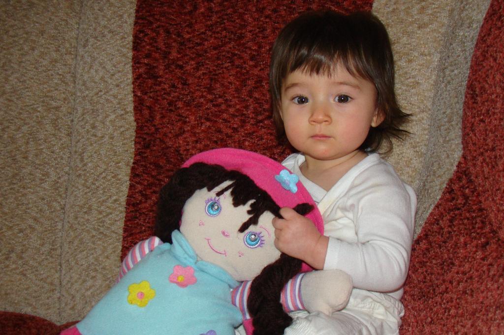 Даша и её любимая кукла. Малыш на обложку