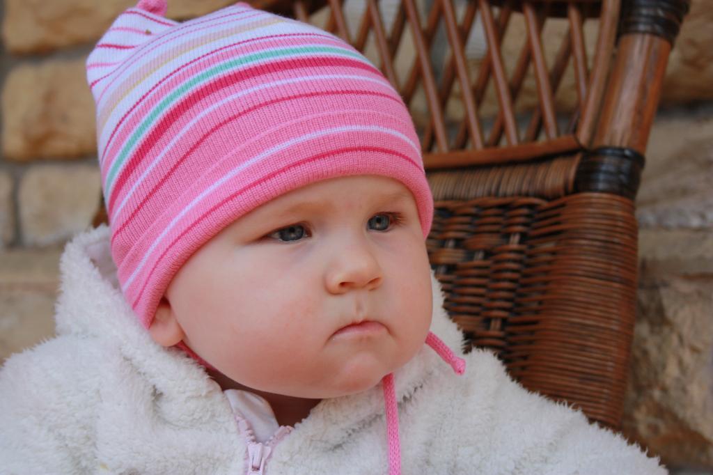 задумалась.... (Полина 9 месяцев). Малыш на обложку