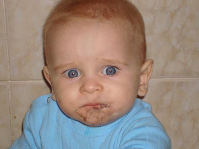 Ем конфетку втихаря....Ой,мама увидела!. Малыш на обложку