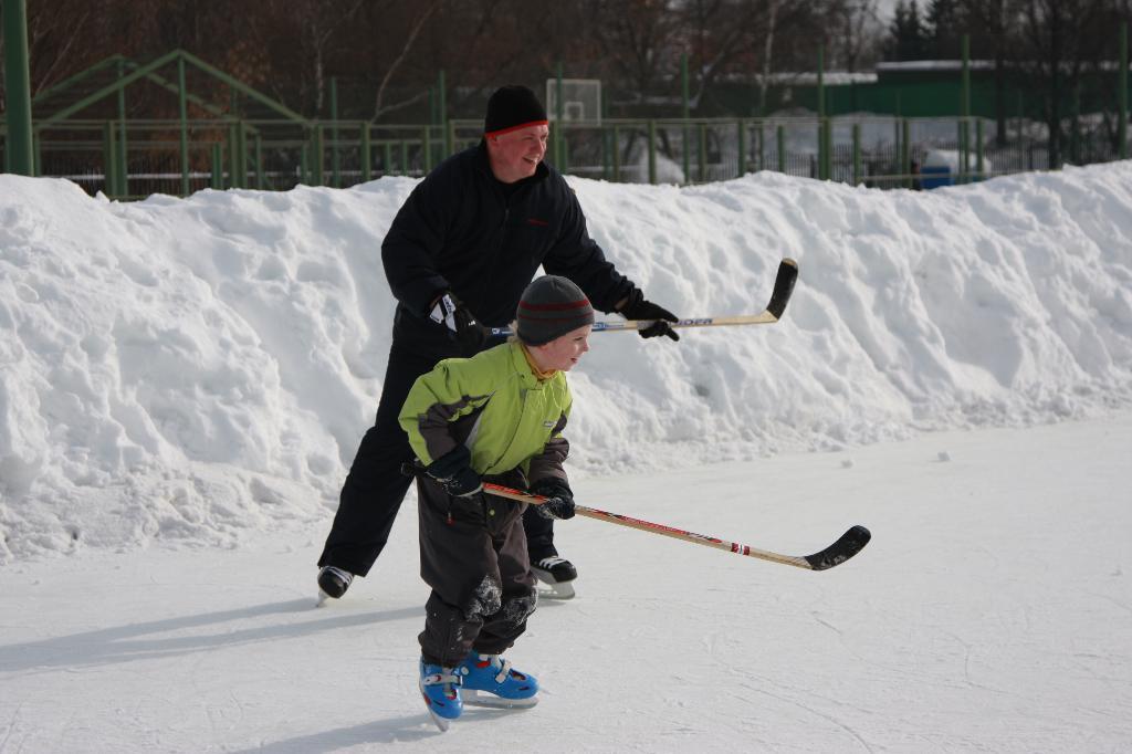 В хоккей играют настоящие мужчины ! папы и сын!. Закрытое голосование фотоконкурса 'Играем вместе'