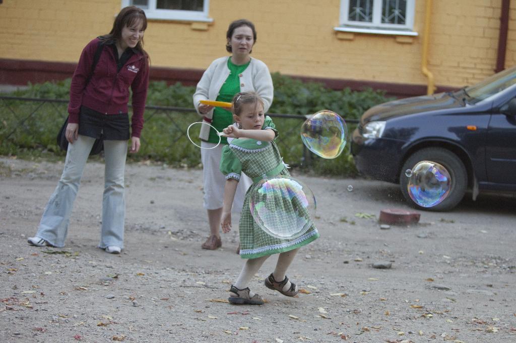 Все соседи посмотри - мы играем в пузыри!. Играем вместе
