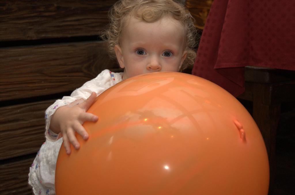 Оранжевое солнце ....в руках.. Малыш на обложку