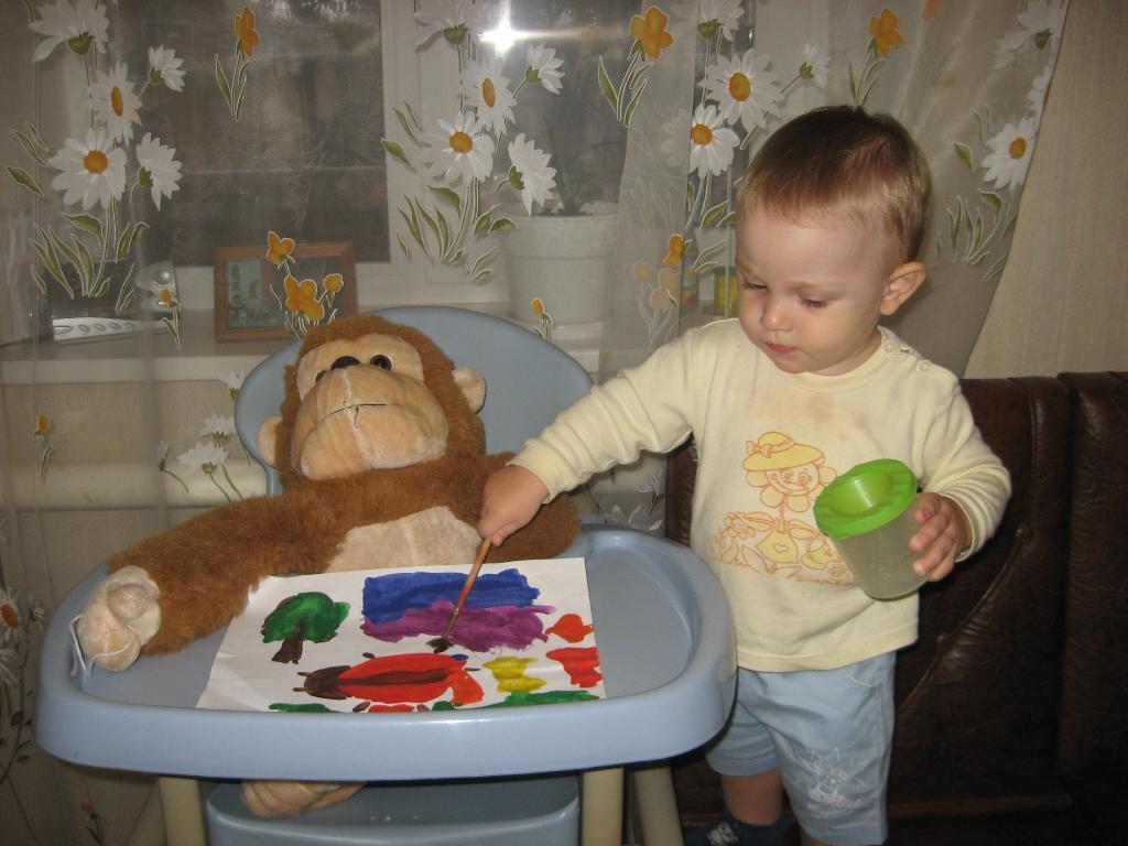 Смотри,обезьянка, и запоминай, как надо рисовать!. Я рисую
