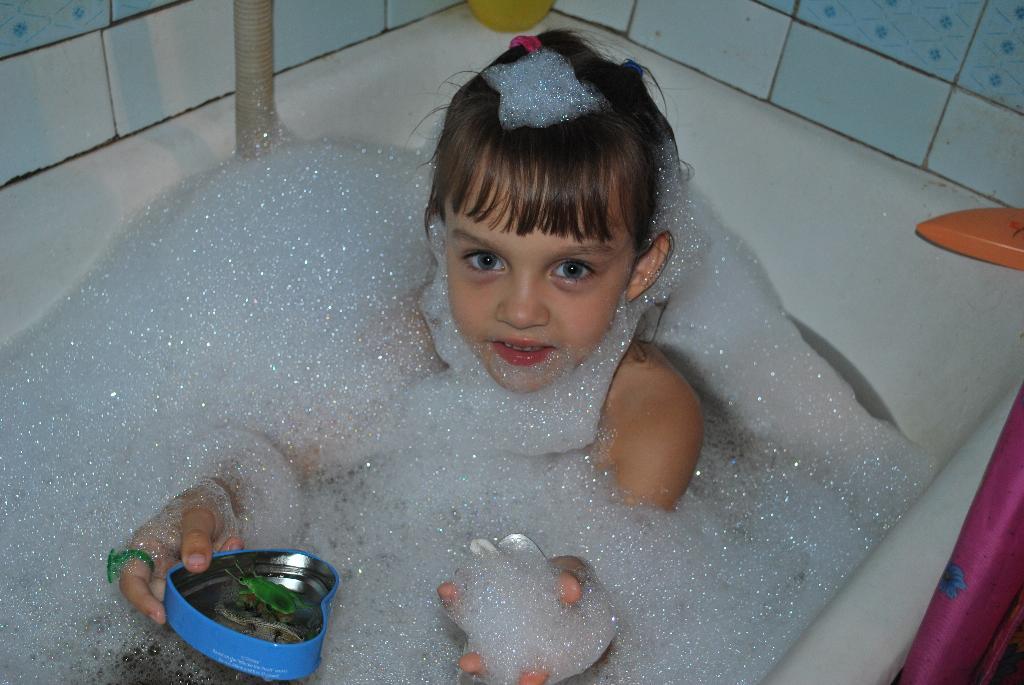 В пене). Играем в ванной