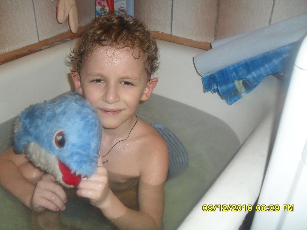никита и дельфинчик . Играем в ванной