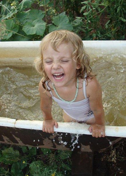 Огородно-дачные купания. Играем в ванной