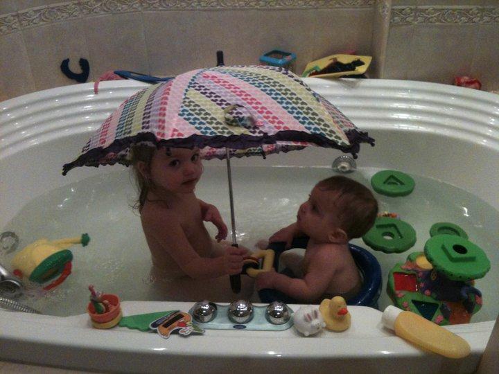 А чичас, Киюса, буит доооозик!... Играем в ванной