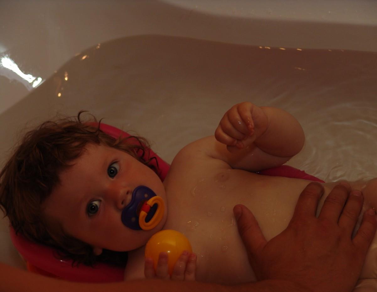 купание с папой. Играем в ванной