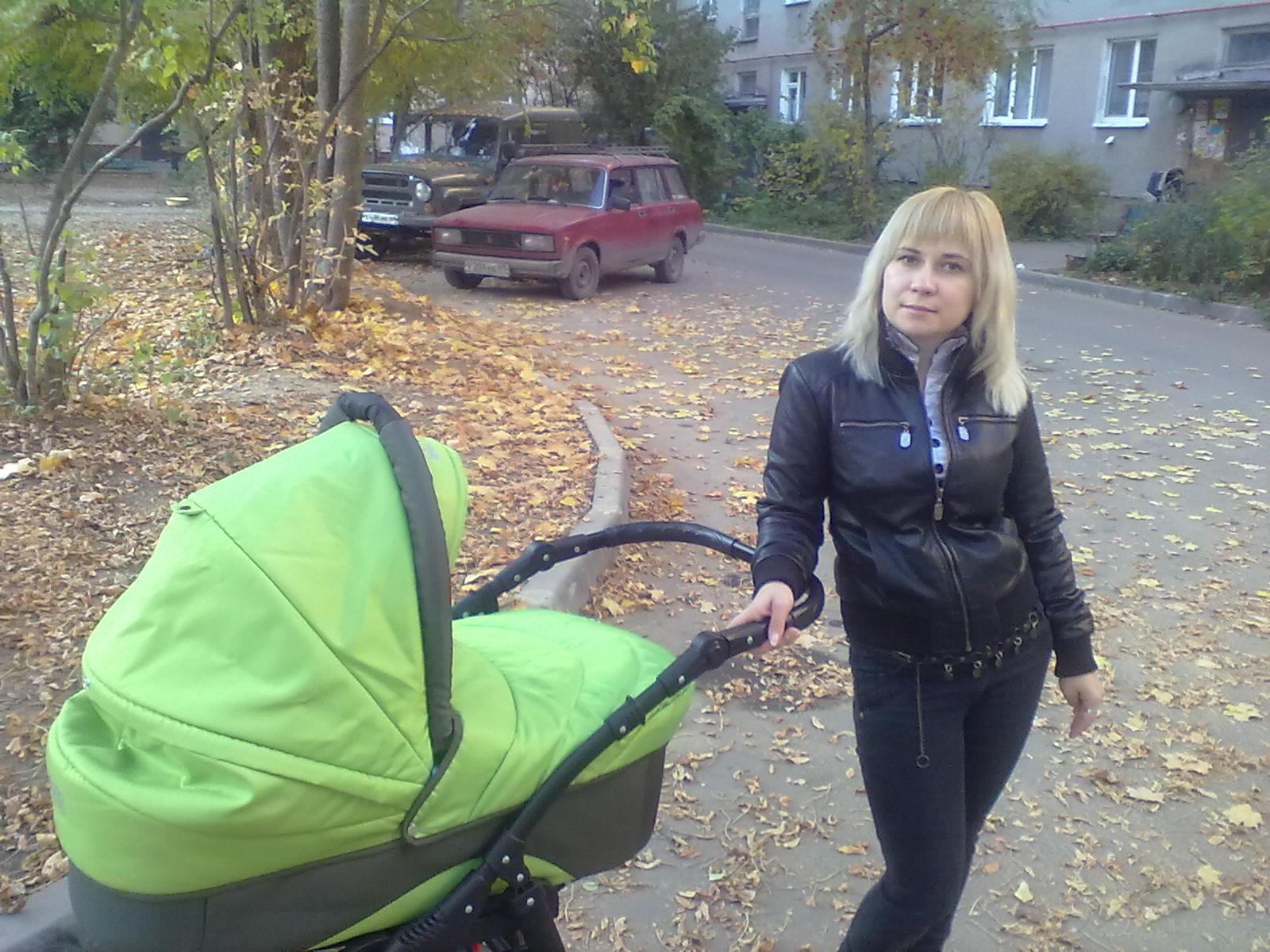 первая прогулка))). С мамой на прогулке