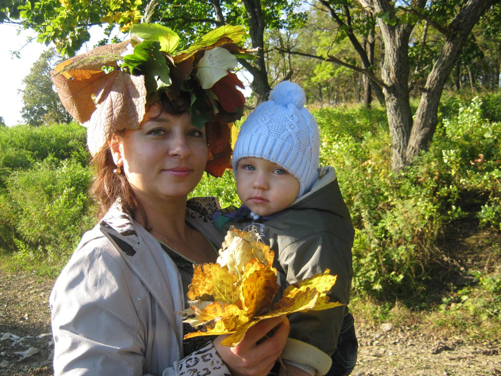 Прогулка в осеннем лесу.. С мамой на прогулке