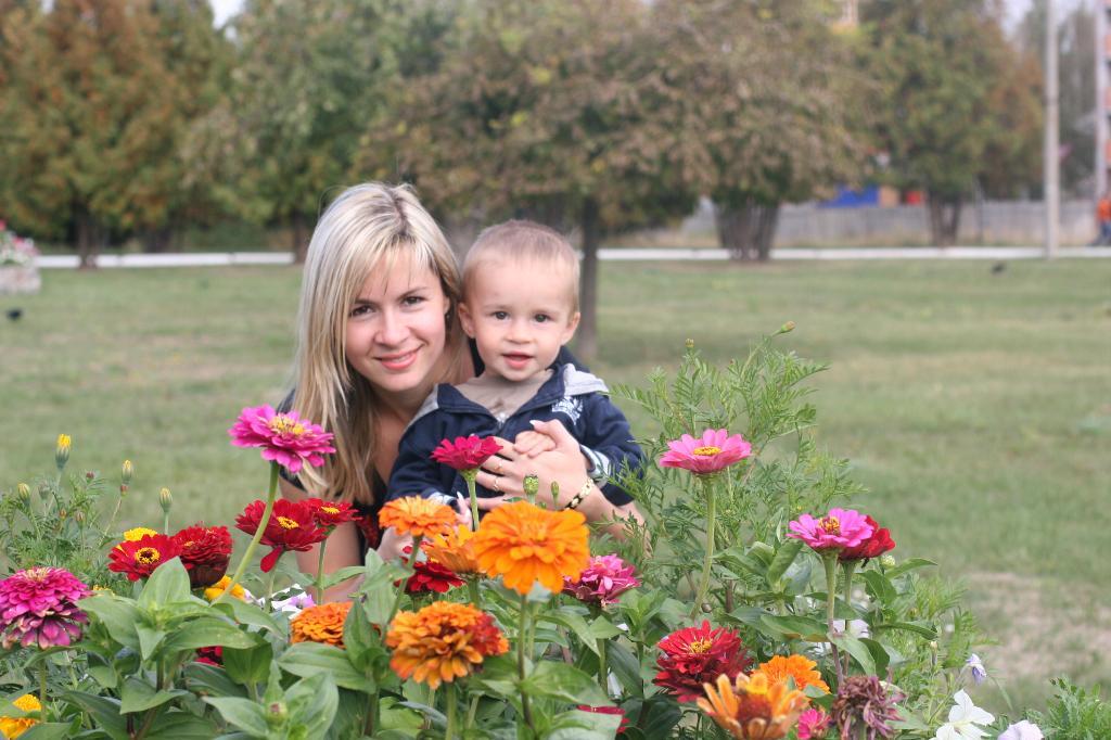 Мы с сыночком нюхали цветочки.. С мамой на прогулке