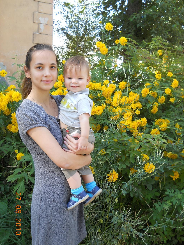 Гуляем с мамой у цветочков. С мамой на прогулке