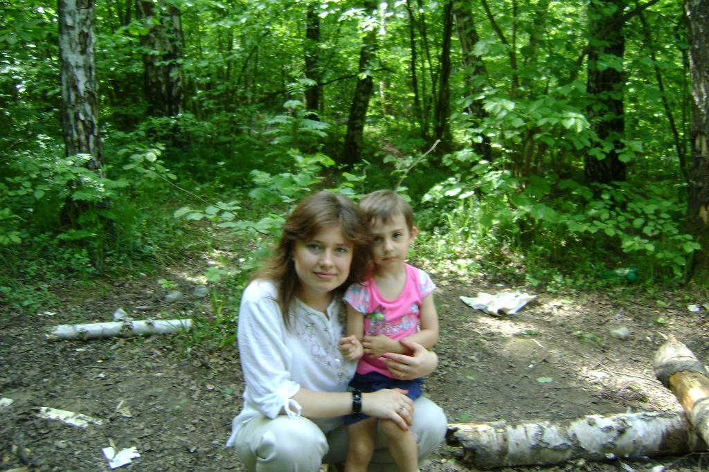 в летнем лесу. С мамой на прогулке