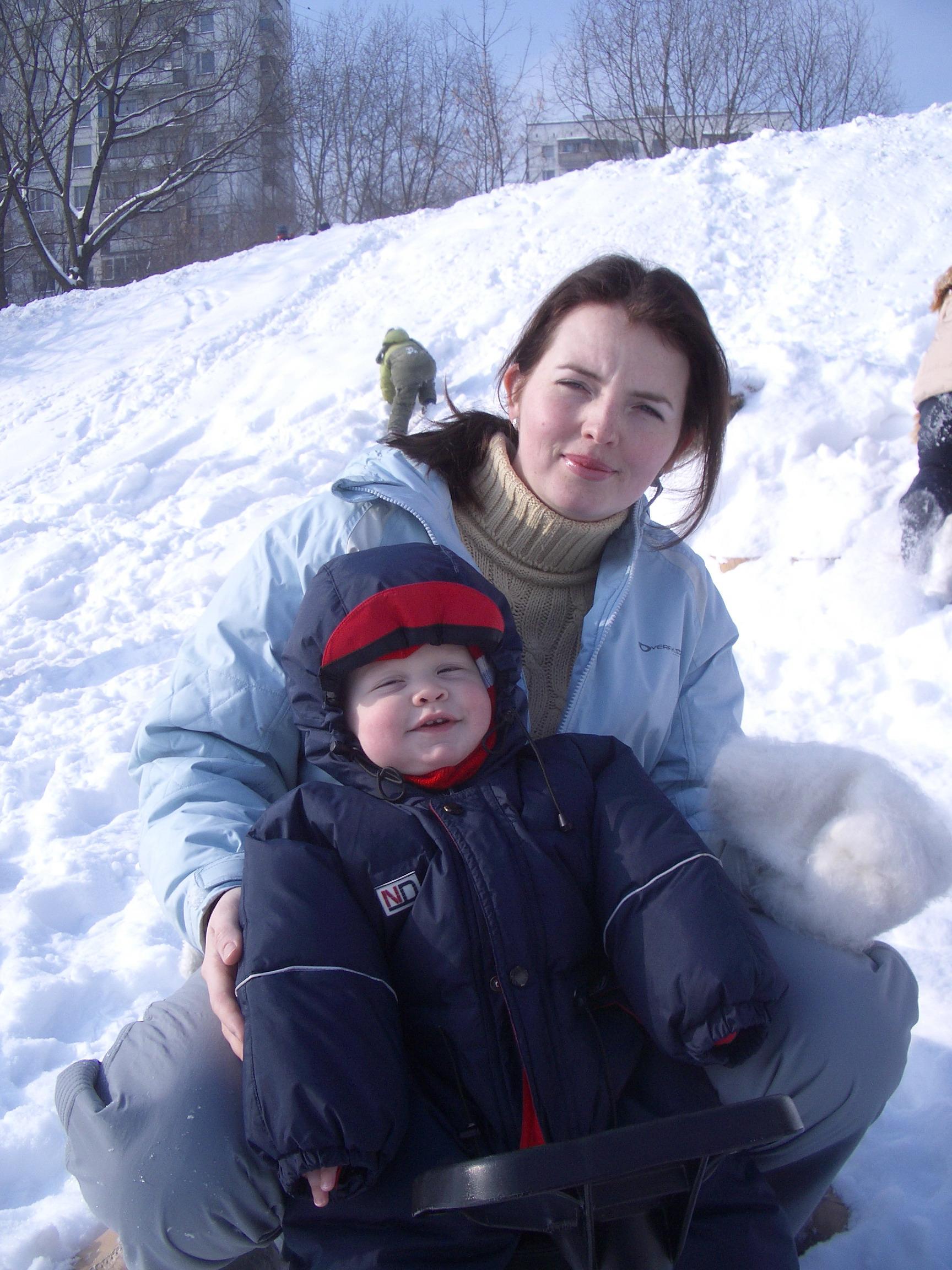Сын. Солнце. Снег. Снегокат :). С мамой на прогулке