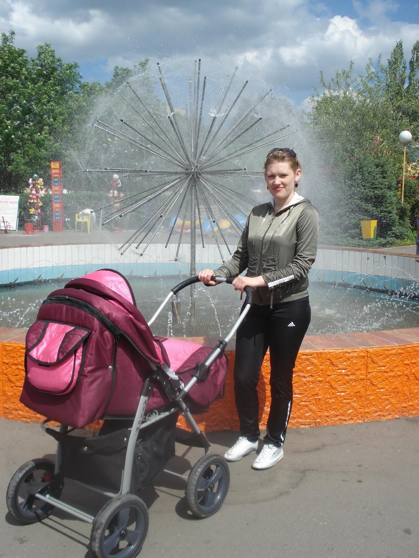 в парке у фонтана,гуляла мама с дочкой.... С мамой на прогулке