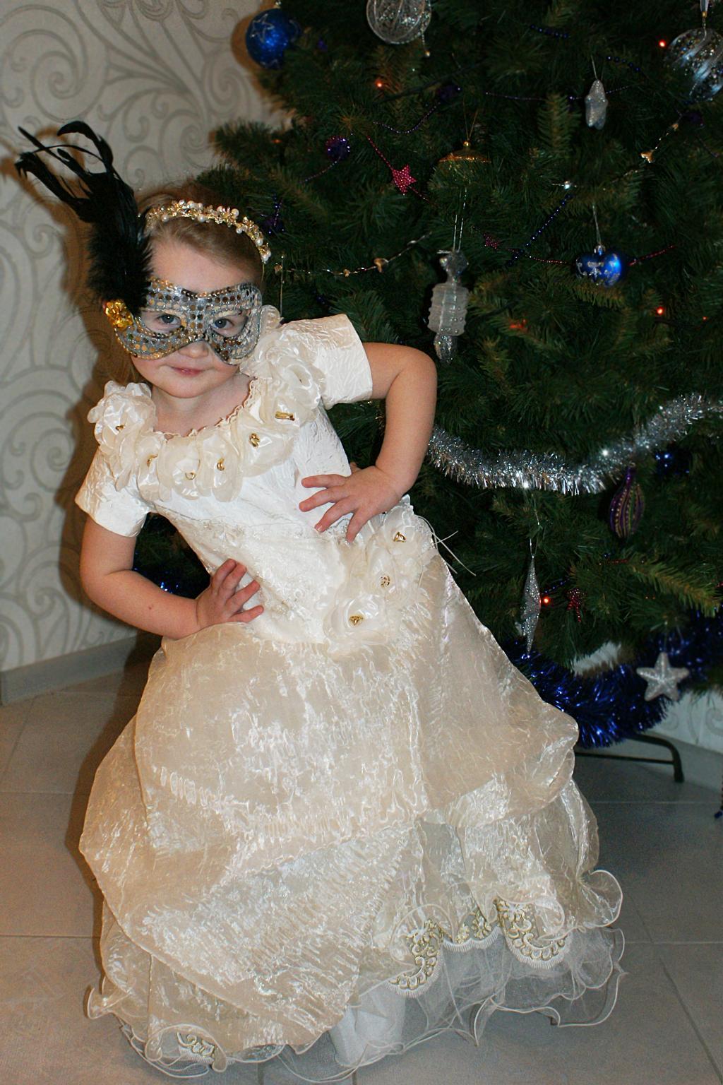 Нарядили елку и Лизу :)). Новогодний карнавал