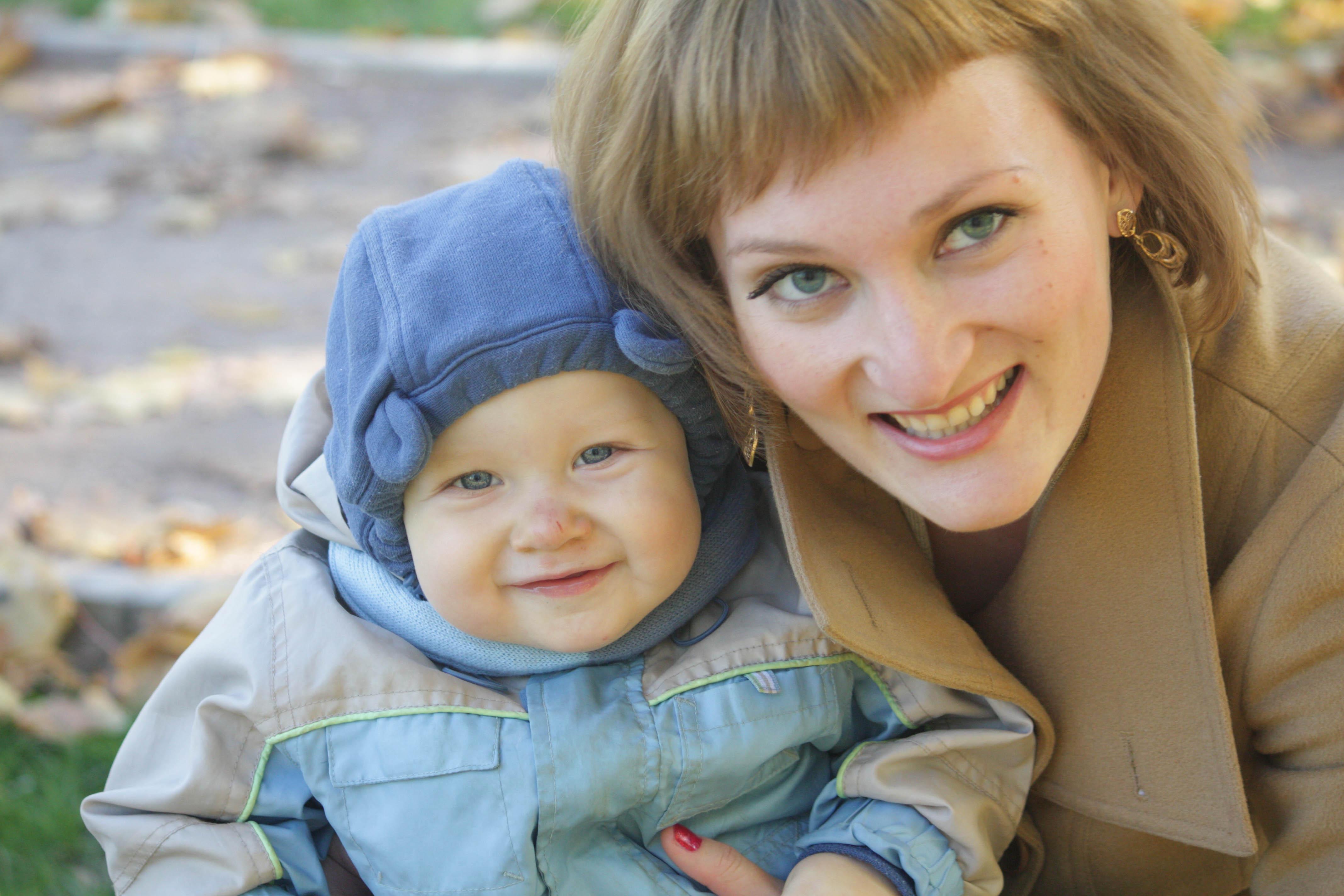 Мы с крестной мамой очень похожи. С мамой на прогулке