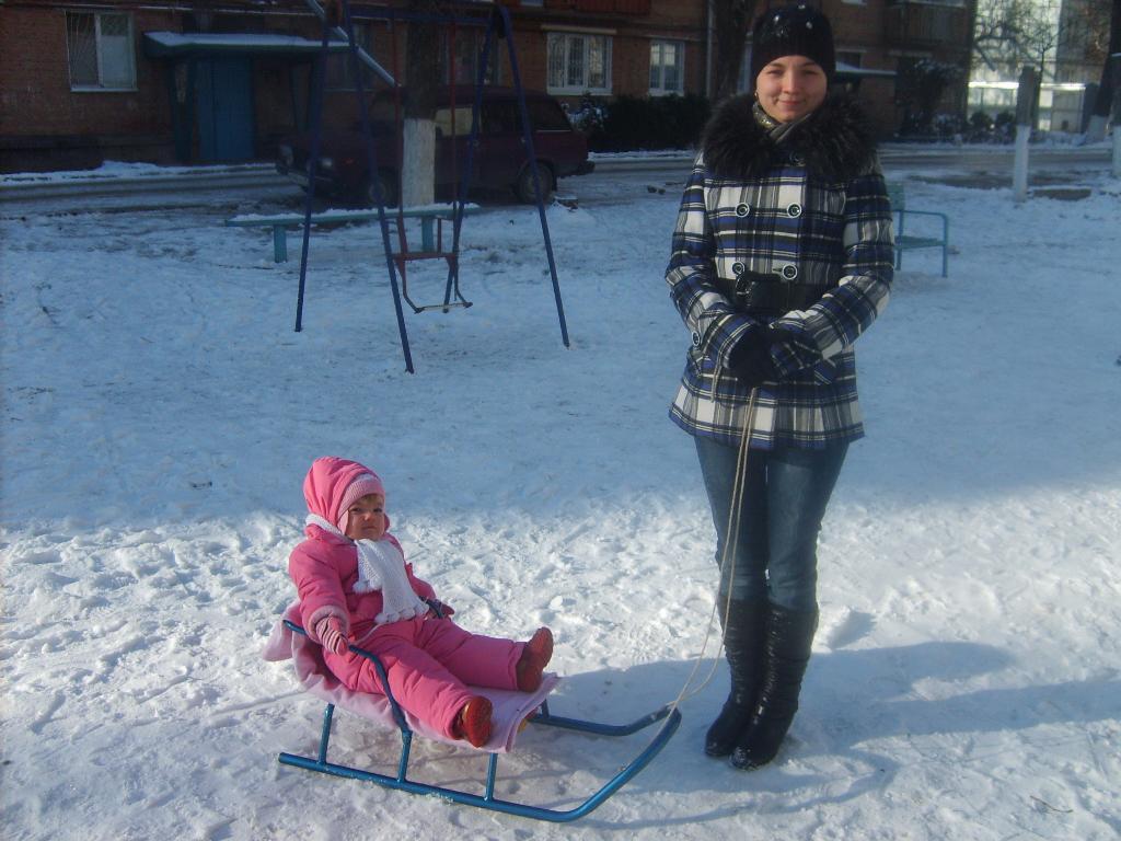 А вот и зима.... С мамой на прогулке