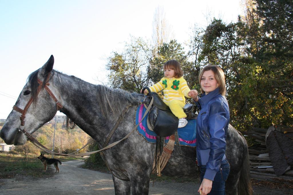 Прогулка верхом на лошадке.. С мамой на прогулке