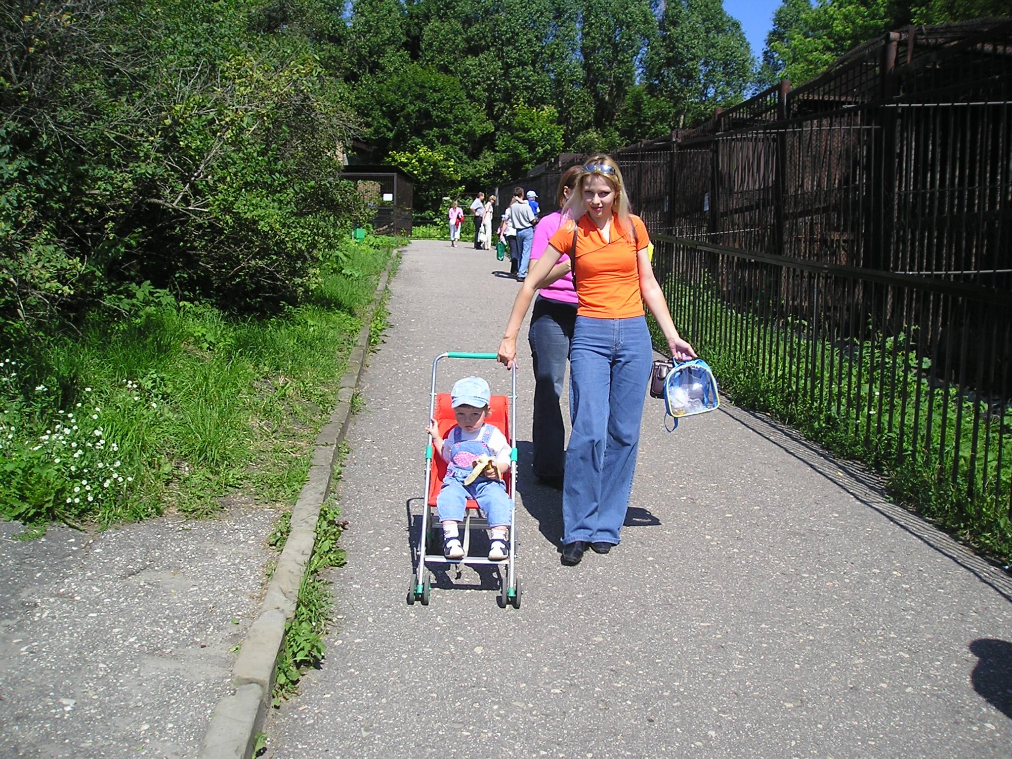 Илюша (1 год) с мамой в зоопарке. С мамой на прогулке