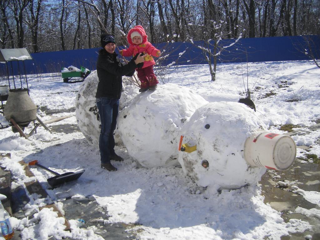 Мы не ели, мы не пили, бабу снежную лепили!. С мамой на прогулке