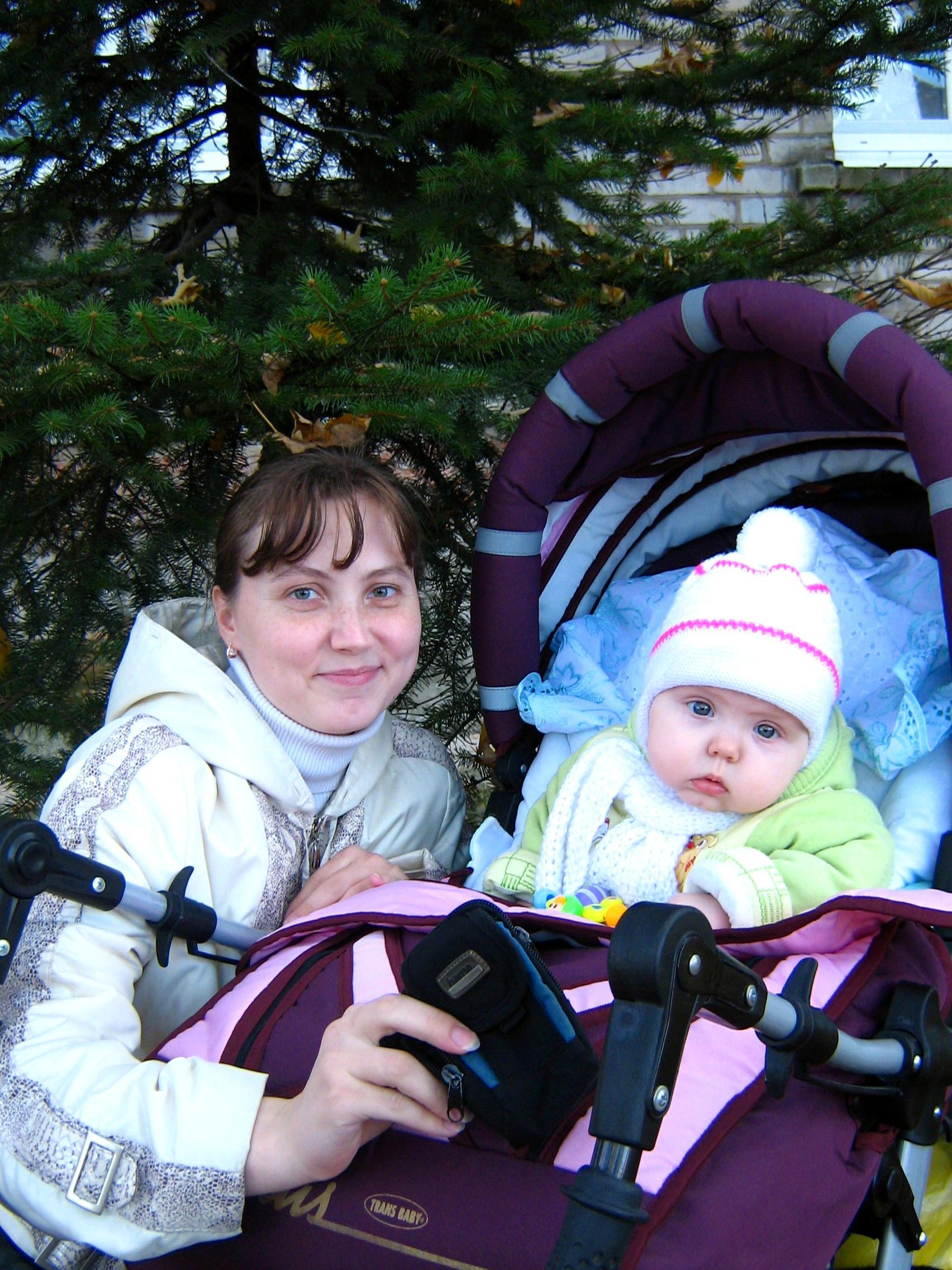 Мы с Машуней на прогулке, любуемся золотой осенью). С мамой на прогулке