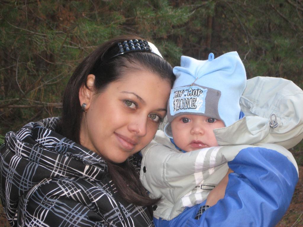 НАША ПЕРВАЯ ПРОГУЛКА В ЛЕСУ. С мамой на прогулке