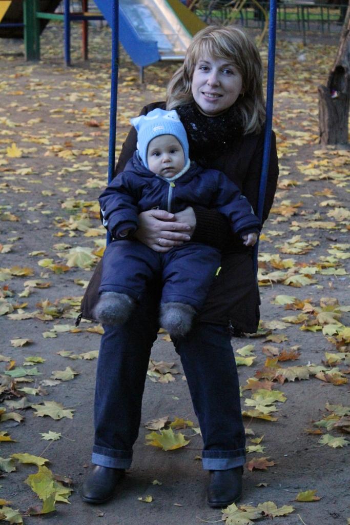 Любимые качели!. С мамой на прогулке