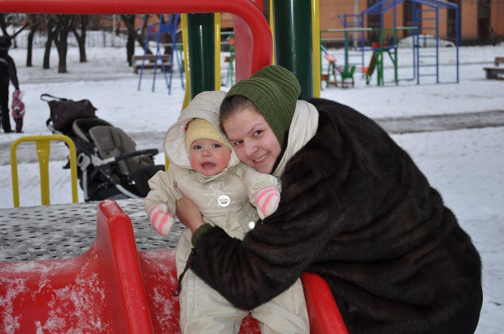 Очень холодно!!!. С мамой на прогулке