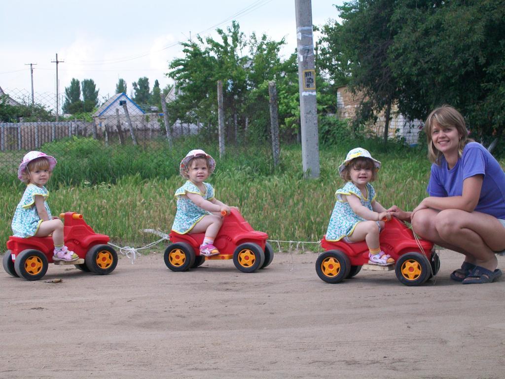 Я и мои тройняшечки -гуляем!!!. Закрытое голосование фотоконкурса 'С мамой на прогулке'