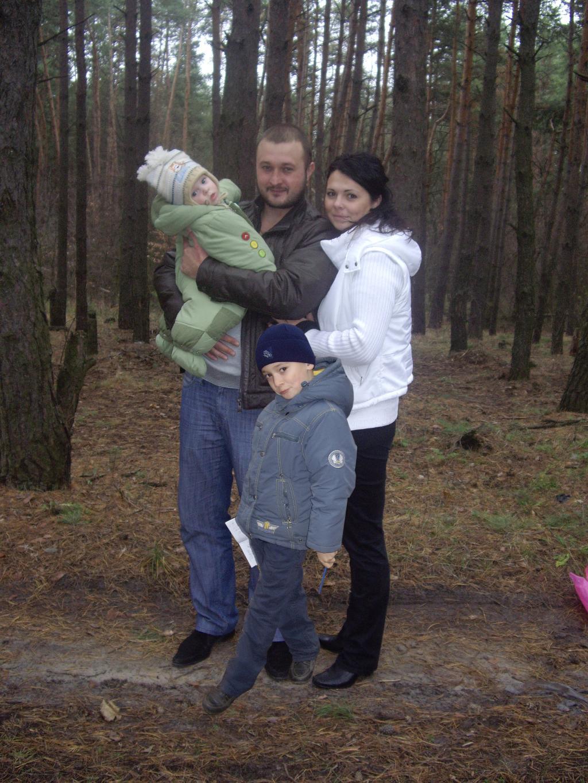 Наша дружная семья  'Прогулка по лесу'.. С мамой на прогулке