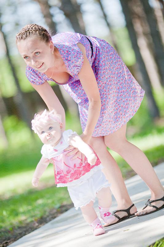 Первые шаги. С мамой на прогулке