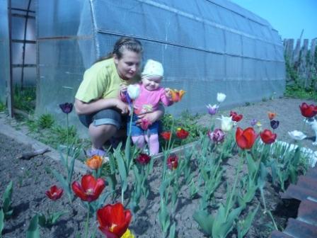 первые цветочки, теплые денечки. С мамой на прогулке