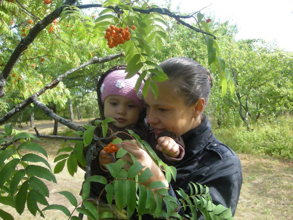 Какие ягодки!!!. С мамой на прогулке