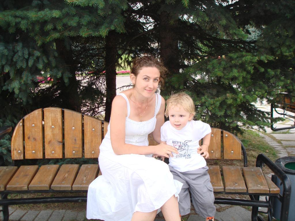 Прогулка по парку.. С мамой на прогулке